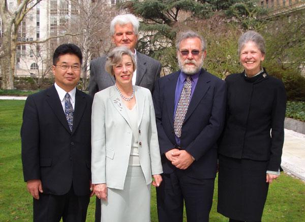 前女性:ワイリー会長、右女性:スタイツ教授、 右男性:ウオルター教授、後男性:ブローベル教授