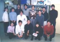薬学部4階にて(後列真中右が根岸教授、左が加藤助手)