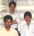 <p>川原哲史氏 (1994-1997) ;写真右 HSP時代から森先生は家族サービスを大事にする優しいお父さんとしての顔をもつことが有名!(仕事中の顔からは想像がつかない!!) 対照的に吉田さんは、周りに私生活を明かさないため数々の憶測が飛び交っていた!</p>