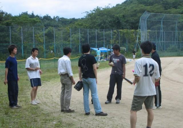 試合前の作戦会議。元野球部の山本さんからオーダー発表が行われています。