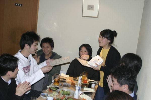 記念品贈呈。和田さんには癒しグッズを