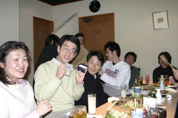 浅田さんには京大グッズを贈りました。