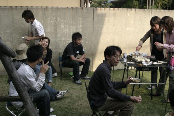 こちらでは灘中さんと佐藤さんが焼きおにぎりを作っています。酔いのまわった奥上くんは全くカメラに気づいていません。