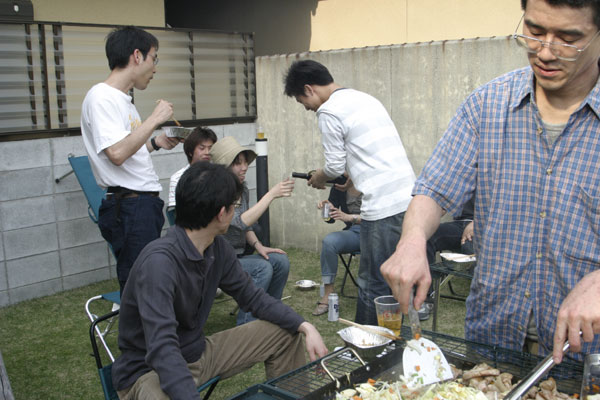 焼きそばを作る浅田さん。 料理上手な浅田さんは焼きそばを作ってくださいました。暑い中ありがとうございました。焼きそばおいしかったです!!