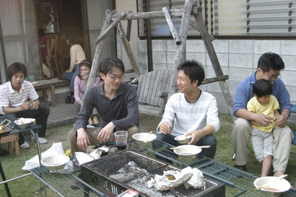 左側にいるのが佐藤くん。中央には岡田助手と安達さん。そして右側には父親の一面を垣間見せている森先生。